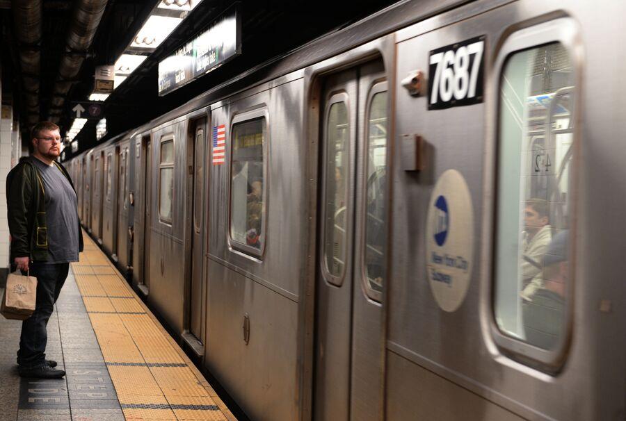 Пассажир на станции Нью-йоркского метрополитена