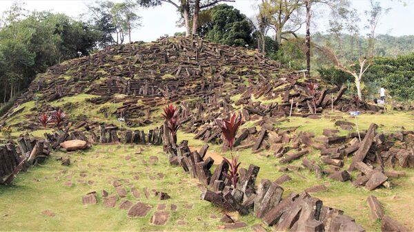Каменный «курган», под которым ученые нашли гигантскую пирамиду