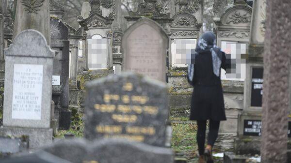 Оскверненные надгробия на еврейском кладбище в Эрлисайме, недалеко от города Страсбург во Франции