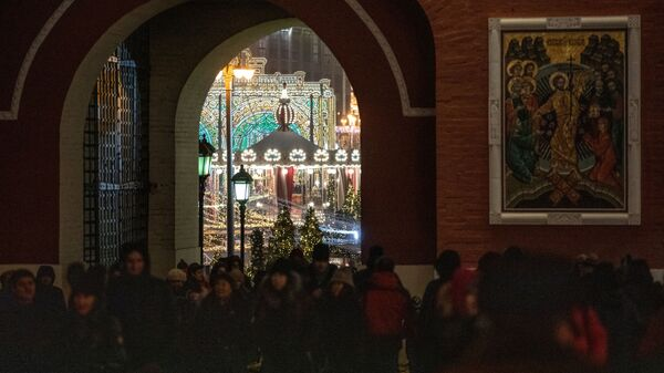 Гости фестиваля Путешествие в Рождество на площади Революции в Москве