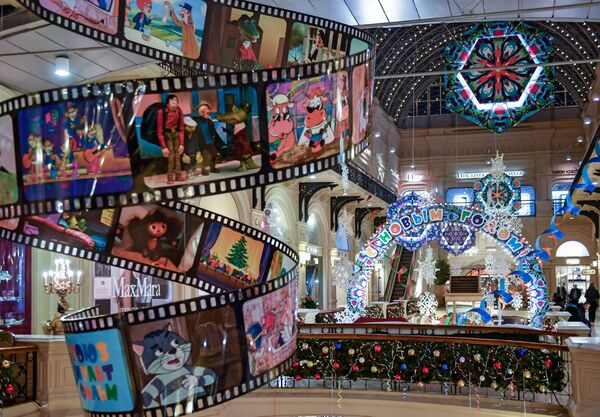 Новогоднее украшение торгового центра ГУМ в Москве