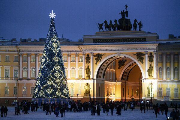 Главная новогодняя елка на Дворцовой площади в Санкт-Петербурге
