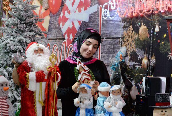 Посетительница на Новогодней ярмарке в Грозном