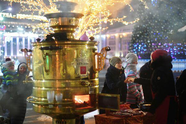 Огромный тульский самовар, установленный на площади Ленина рядом с Успенским собором в Туле