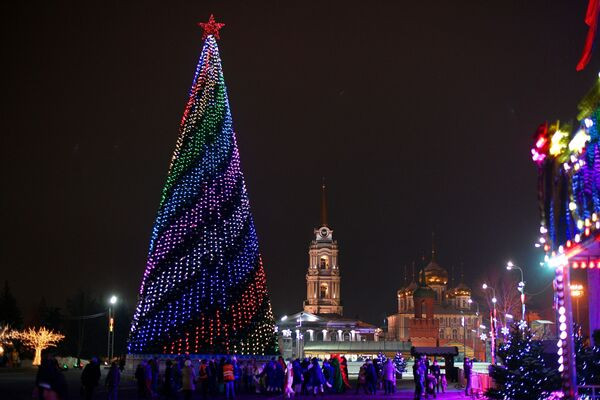 Новогодняя ель на площади Ленина рядом с Успенским кафедральным собором в Туле