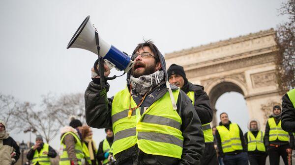 Участники акции протеста движения автомобилистов желтые жилеты в Париже