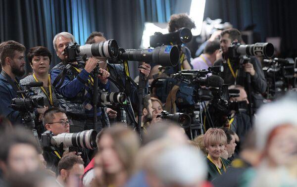 Журналисты в Центре международной торговли на Красной Пресне перед началом ежегодной большой пресс-конференции президента РФ Владимира Путина