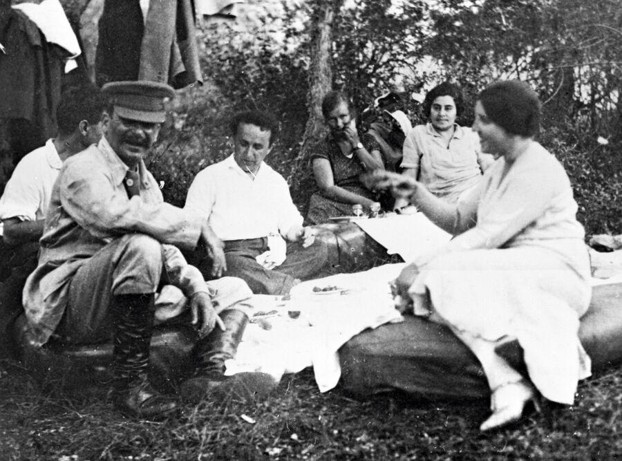 Иосиф Сталин с женой Надеждой Аллилуевой и друзьями на отдыхе