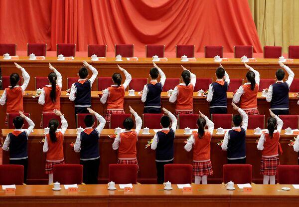 Учащиеся готовятся к мероприятию, посвященному 40-летию политики реформ и открытости в Пекине
