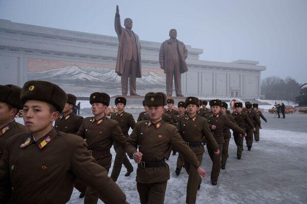 Солдаты Корейской Народной Армии после церемонии в честь Национального Дня памяти на холме Мансу. Пхеньян, КНДР