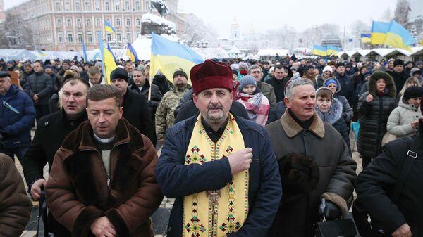 Верующие на объединительном соборе на Софийской площади в Киеве