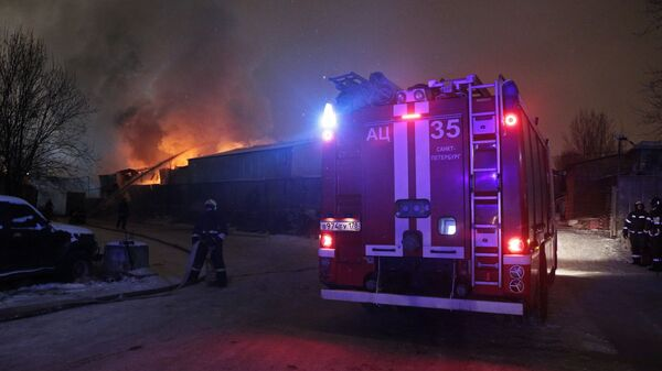 Сотрудники противопожарной службы на месте пожара на складе пиротехники в Адмиралтейском районе Санкт-Петербурга