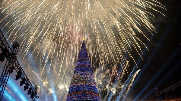 Праздничный салют на торжественной церемонии зажжения огней главной елки страны на Площади Республики в Ереване. 22 декабря 2018