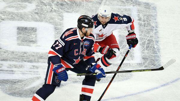 Защитник СКА Антон Белов (слева) и форвард ЦСКА Антон Слепышев