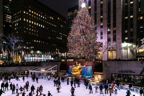 Рождественская ель в Рокфеллеровском центре в Нью-Йорке