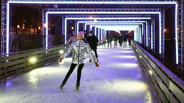 Отдыхающие на открытии катка в рамках восьмого зимнего сезона в Парке Горького в Москве
