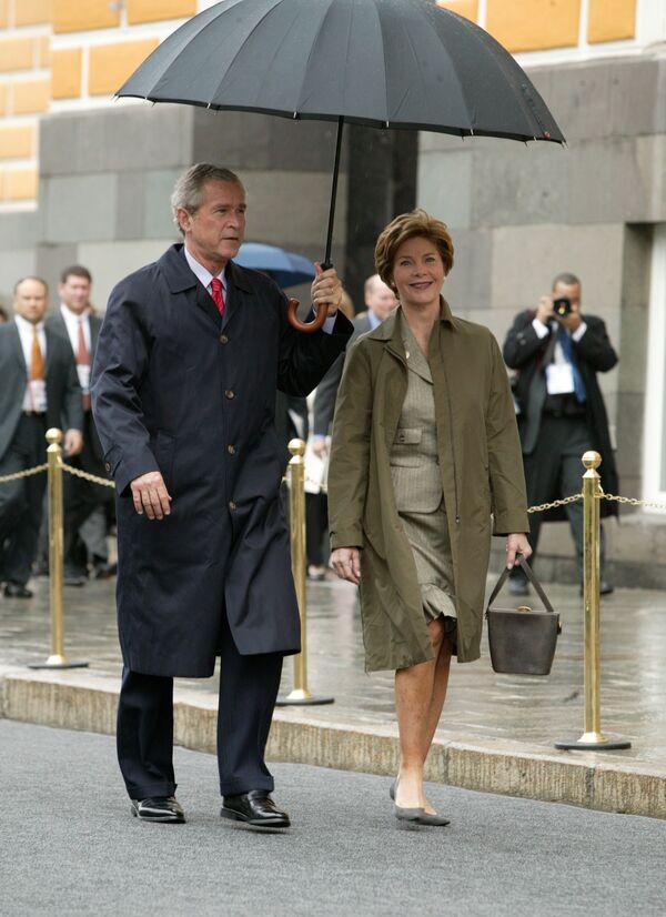 Супруги Буш направляются на Красную площадь