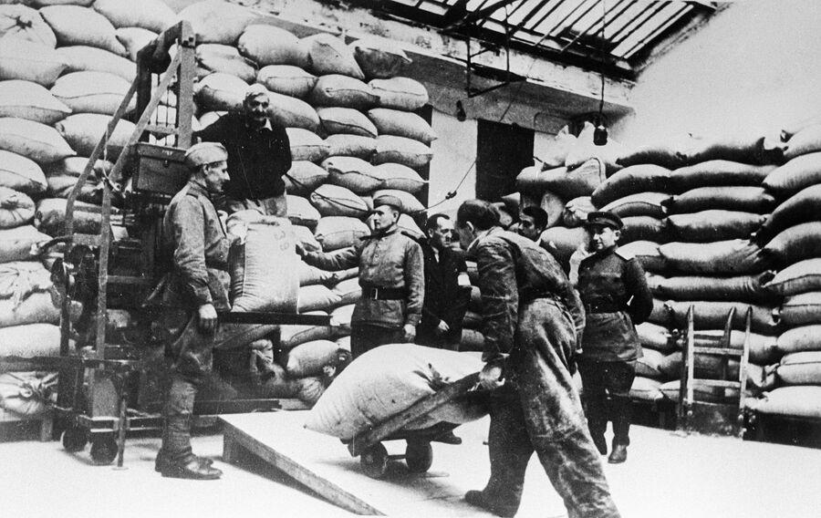 Военнослужащие распределяют продовольствие, переданное советским правительством в помощь австрийскому народу