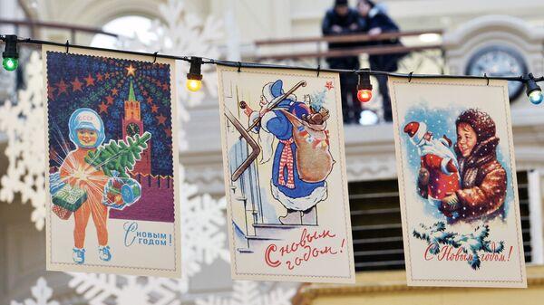 Гирлянды из новогодних открыток в торговом доме ГУМ в Москве