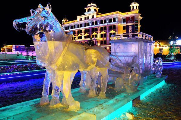Ледяная скульптура международного фестиваля снега и льда в городе Маньчжурия