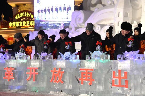 Делегаты из России и Монголии на международном фестивале снега и льда в городе Маньчжурия