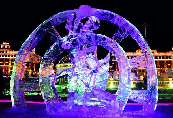 Ледяная фигура на международном фестивале снега и льда в городе Маньчжурия