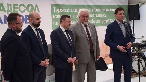 Губернатор Александр Никитин во время церемонии заложения капсулы в основание завода по переработке зерна