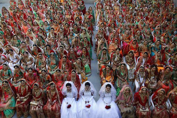Невесты во время массовой свадьбы в индийском городе Сурат