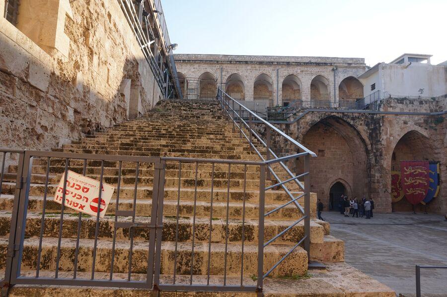 Лестница в крепости в Акко, по которой крестоносцы могли подниматься, не слезая с коней