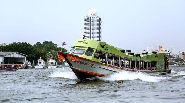 Лодка на реке Чао Прайя в Бангкоке