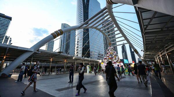 Прохожие в деловом центре Бангкока