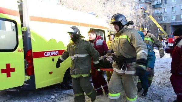 Сотрудники МЧС России во время спасения одного из жителей из-под завалов в результате взрыва газа в жилом доме на проспекте Карла Маркса дом 164 в Магнитогорске