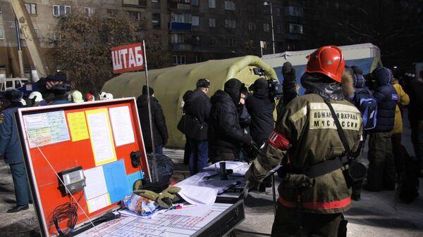 Спасательный штаб неподалеку от места обрушения одного из подъездов жилого дома в Магнитогорске, где произошел взрыв бытового газа