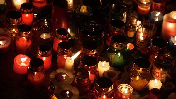 Свечи в память о погибших при обрушении одного из подъездов жилого дома в Магнитогорске, где произошел взрыв бытового газа.  2 января 2018