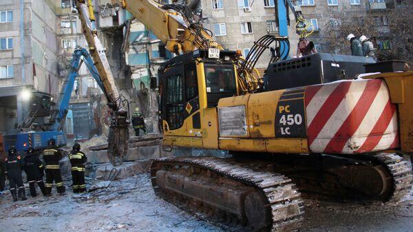Сотрудники МЧС РФ работают на месте обрушения одного из подъездов жилого дома в Магнитогорске