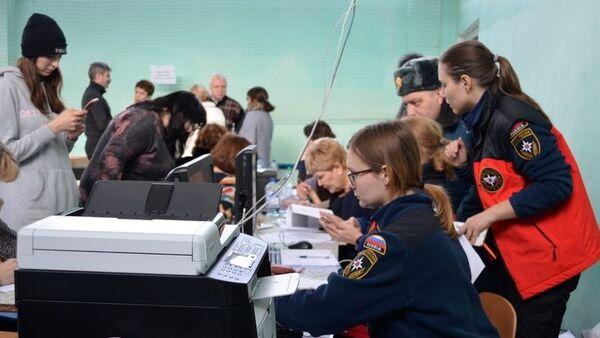Сотрудники МЧС и волонтеры в штабе ЧС в школе №14, созданном после обрушения одного из подъездов жилого дома в Магнитогорске