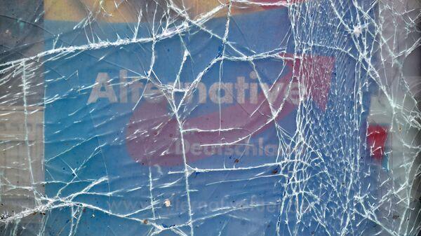 Поврежденное окно офиса правой партии Альтернатива для Германии
