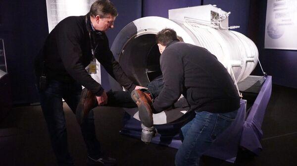 Посетитель миланской выставки Real Bodies, посвящённой анатомии тела человека, застрял в капсуле криоконсервации. 4 января 2019