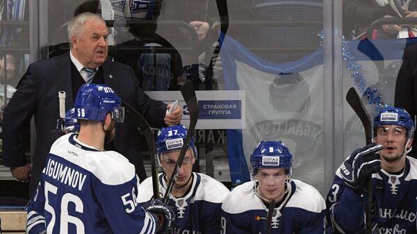 Главный тренер ХК Динамо Владимир Крикунов (слева на втором плане)
