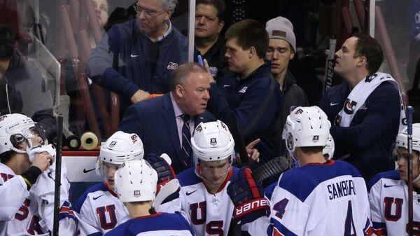 Главный тренер сборной США Майк Хастингс (в центре)