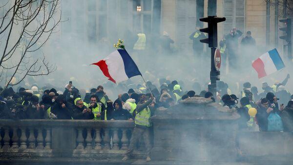 Участники протестной акции желтых жилетов в Париже. 5 января 2019