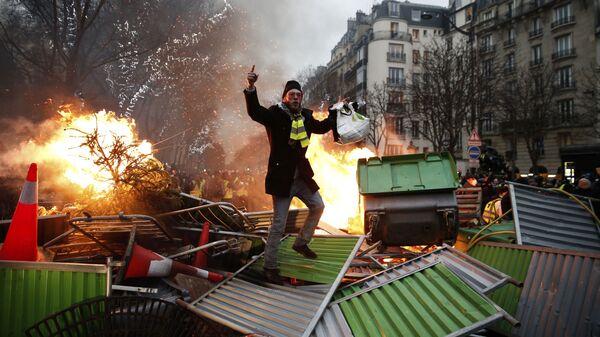 Участник акции желтых жилетов во время протестов во Франции