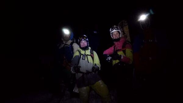 Сотрудники Эльбрусского высокогорного поисково-спасательного отряда спасли двух лыжников на горе Эльбрус в районе Гара-Баши. 6 января 2018