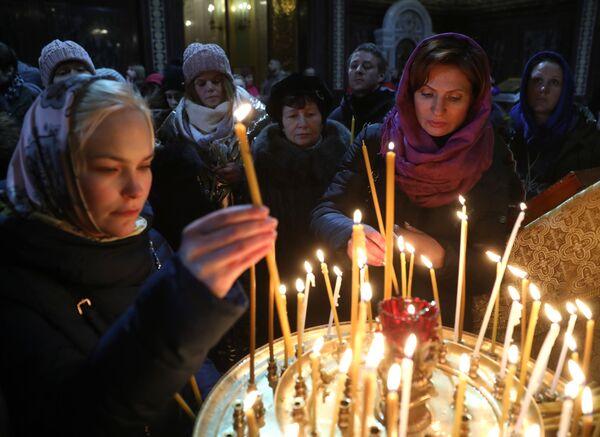 Верующие в храме Христа Спасителя в Москве перед Рождественским богослужением. 6 января 2018