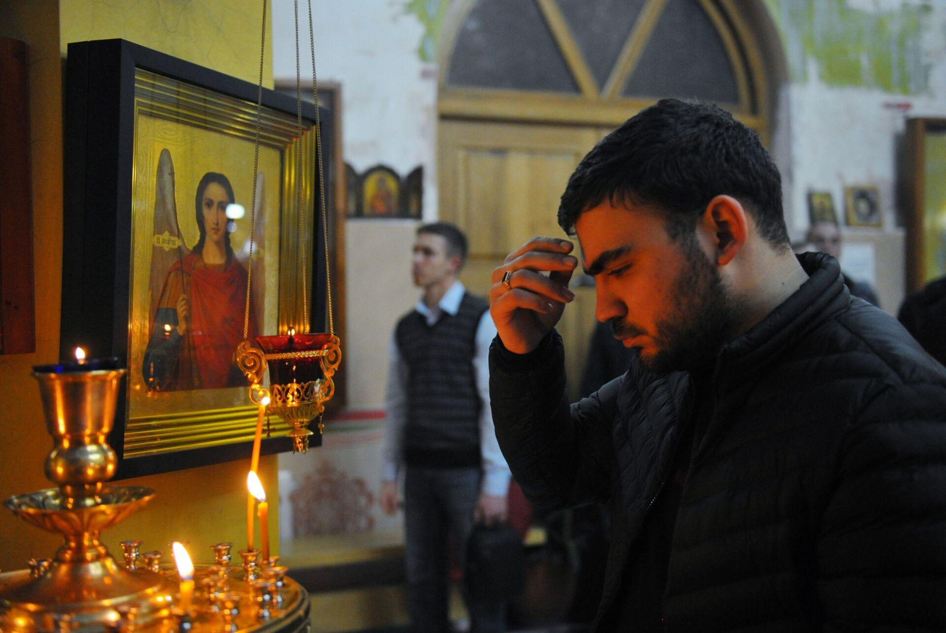 Мужчина в церкви Архангела Михаила в Грозном во время рождественского богослужения - ПРОФИ Новости, 1920, 14.09.2021
