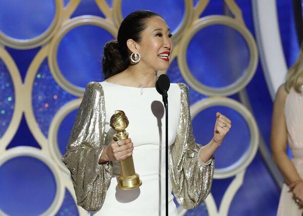Ведущая церемонии Сандра О победила в категории лучшая женская роль в телевизионной драме за роль в фильме Убивая Еву на премии Золотой глобус. 6 января 2019