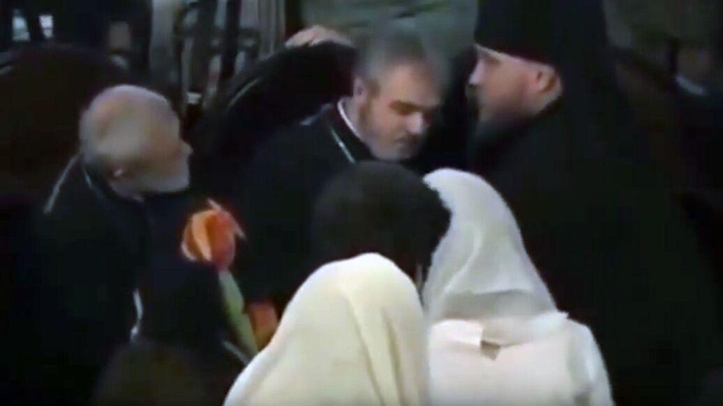 Священник потерял сознание рядом с Порошенко во время подписания томоса