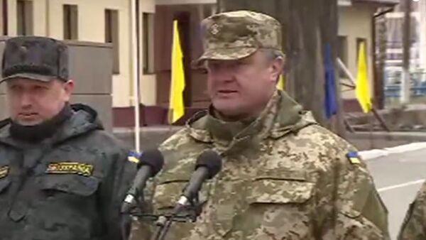 Скриншот видео выступления президента Украины Петра Порошенко на выставке новейшего оружия в Новых Петровцах. 4 апреля 2015