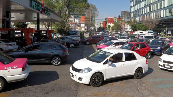 Автомобили в очереди на АЗС в Мехико. 8 января 2019