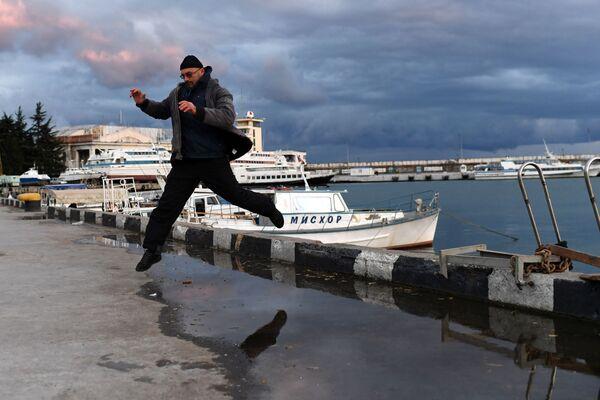 Мужчина на набережной имени В. И. Ленина в Ялте